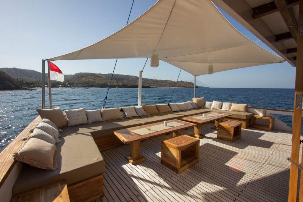 Lounge deck foto sewa kapal fenides phinisi liveaboard