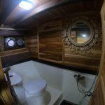 Sewa-Kapal-Navilia-Phinisi-Liveaboard-LabuanBajo-kamar-toilet