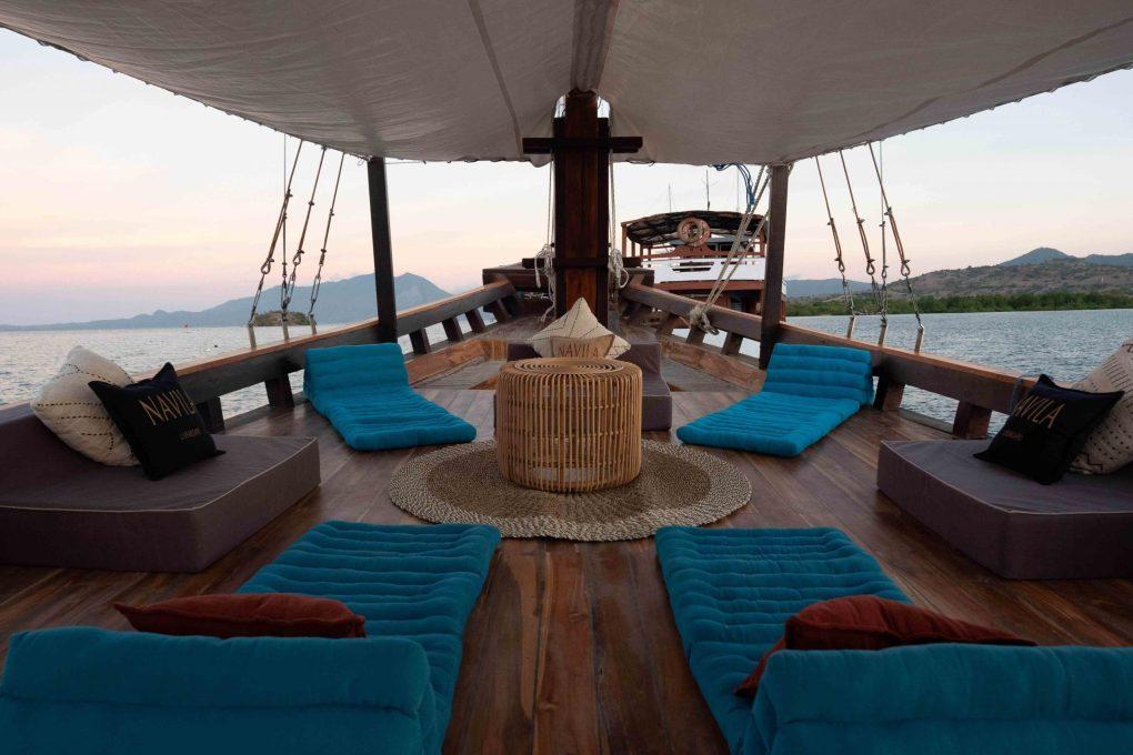 Sewa-Kapal-Navilia-Phinisi-Liveaboard-front-deck-Labuan Bajo