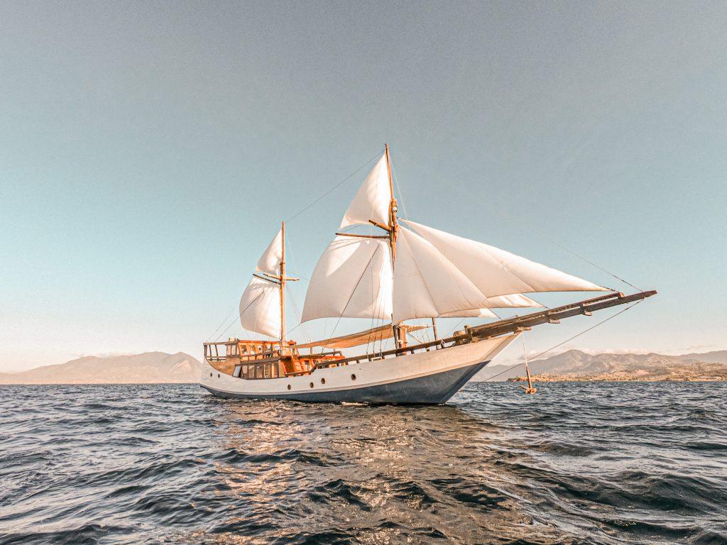 sewa kapal navila phinis labuan bajo